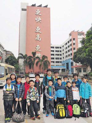這群為數達17人的中國香港乒乓球學校學員,由幼稚園高班至中學三年級不等,一同來到中山市體育運動學校,與年齡相若的學員一同切磋球技。中山市體育學校的學生,全都是從「鎮」級比賽中挑選出來的精英,有些更是曾到「省」級體育學校接受訓練後回流的學員,所以他們雖然只得十餘歲,但打起球來卻氣勢如虹,或「拉」或「搓」,落點少有失誤,而且節奏具變化,看得這群在香港各公開比賽場上成績不俗的香港學員咋舌。    為期四天的訓練,由內地教練帶領校內約40名隊員與香港學員切磋。內地球員先帶領作熱身運動,然後大姐姐大哥哥充當小教練,以圓形大盆盛滿了乒乓球,快速「派球」給香港學員,直至派完所有球為止,考驗學員的速度和應變。遇到這種密集而有勁的練習,學員感到既刺激又疲倦,都伸伸舌頭示累...  >> 原文按此